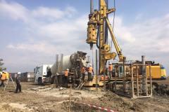 Прийом бетонної суміші при виготовленні паль. Об'єкт: ВЕС потужністю 500 МВт в Приазовському та Мелітопольському районі 1 черга. Замовник: ТОВ «ЮРОКЕЙП ЮКРЕЙП I».