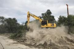 Робота екскаватора KAMATSU на складуванні грунту. Об'єкт: Вирівнювання житлових будинків.